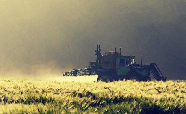 Ein Traktor spritzt