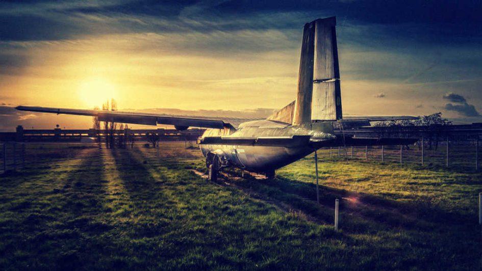 Ein altes Flugzeug im Abendrot