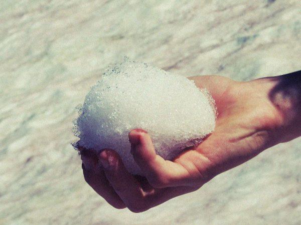 Ein Schneeball wird gehalten