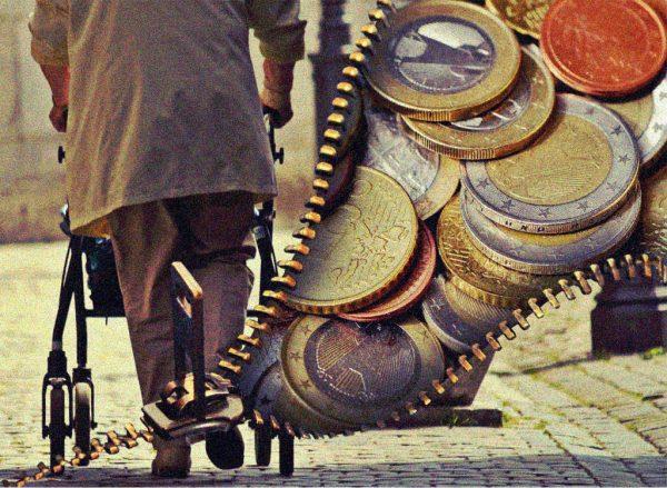 Eine alte Frau mit Rollator und Geld
